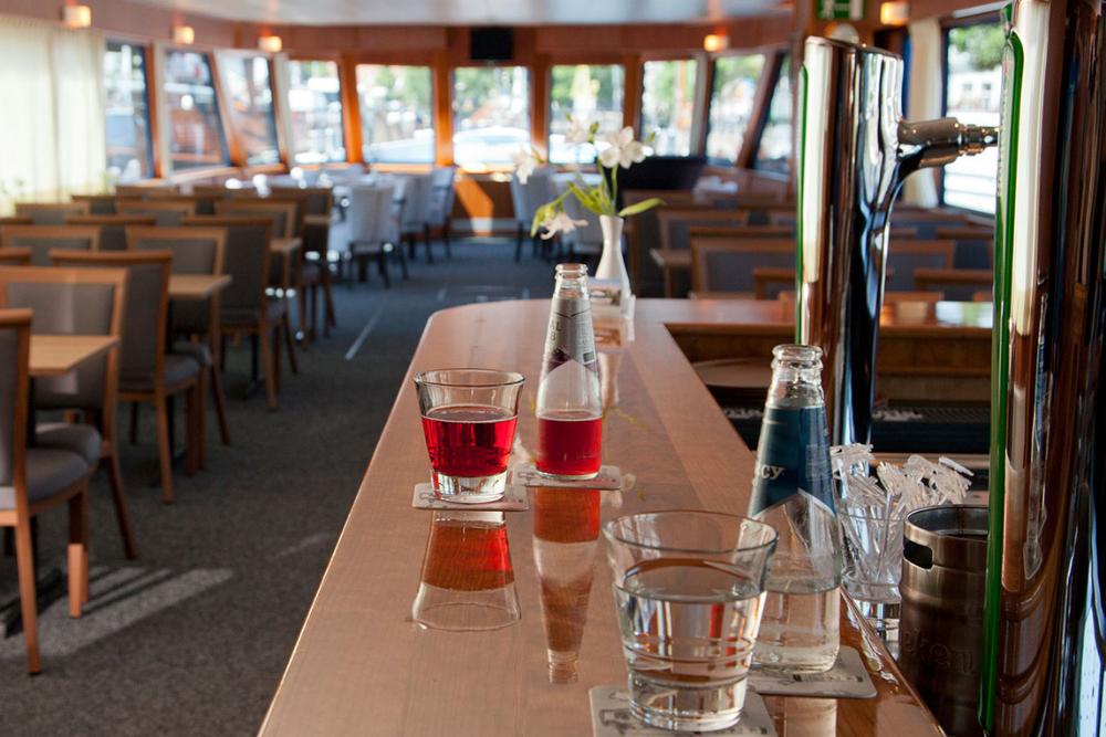 Drinken op bar aan boord